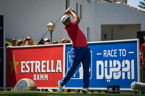 Jon Rahm en el Tee del 1 del Real Club de Golf de Valderrama